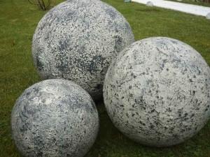 """Sphère « effet pierre"""" 65€€(30cm)75€(40cm)95€(50cm)"""